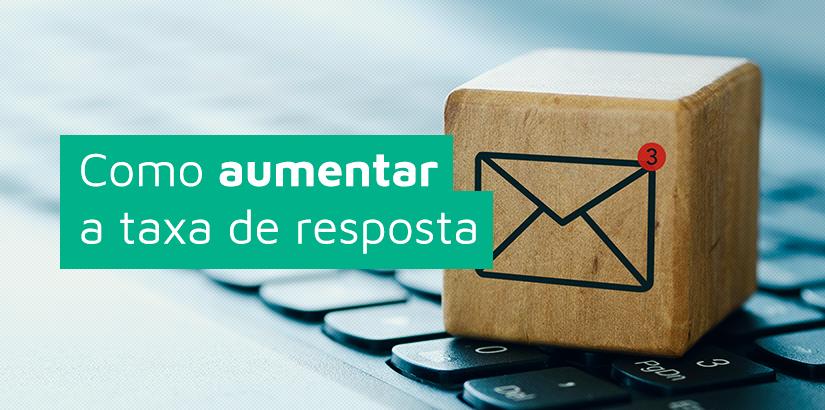 Taxa de resposta (capa): bloco com ícone de email em cima de teclado de computador